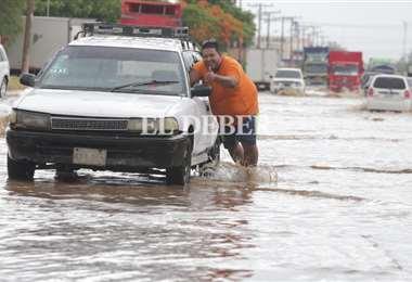 La lluvia afectó el tránsito en la ciudad. Foto: F Landívar