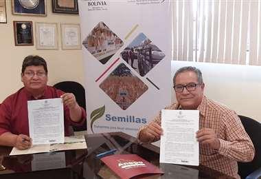 Marín Condori del Iniaf (izqquierda) y Fidel Flores de Anapo con el acuerdo en sus manos