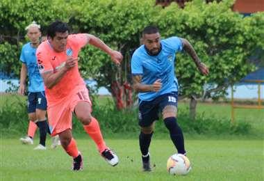 Oviedo y Rafinha en el duelo por la pelota. Foto: Prensa Blooming