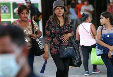 Las autoridades piden que se siga usando el barbijo. Foto: Jorge Ibáñez