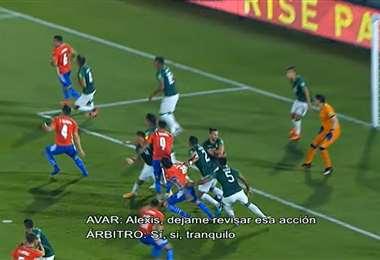 El momento de la jugada del penal en contra de Bolivia. Foto: Captura video