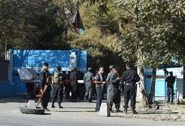 Agentes de policía controlando uno de los accesos a la Universidad de Kabul. Foto AFP
