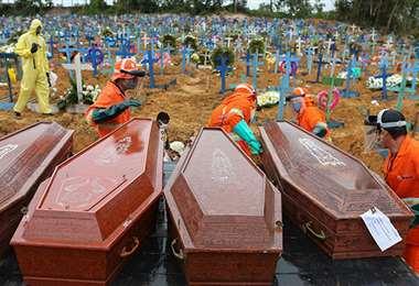 En el cementerio enterraron a miles de víctimas de covid. Foto Internet