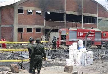Aún se investiga las causas del incendio en YPFB Redes Gas (Fotos: Fuad Landívar)