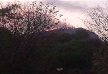 El fuego en los cerros de Camba Muerto, cerca de Abapó, preocupa a la población