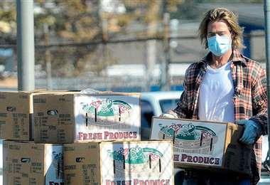 Brad Pitt carga cajas de alimentos que donó a gente pobre en Los Ángeles