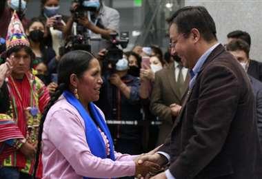 El Presidente Arce saluda a la nueva ministra, Sabina Orellana.