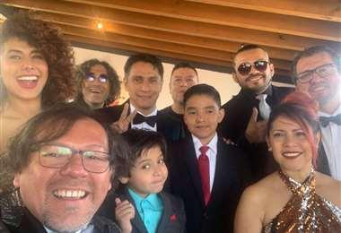 Vladimir Suárez junto a su familia y amigos esperando los resultados