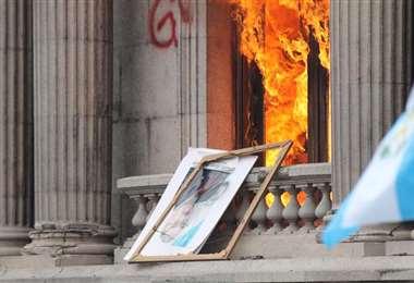 Ingresaron al palacio, lanzaron antorchas y encendiendo sus ventanas