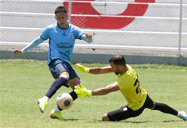 Clody Menacho enfrenta a Leo Romero, de Real Santa Cruz. Foto; Ricardo Montero