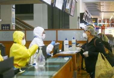 Los viajeros que lleguen a Santa Cruz deben seguir las medidas dictadas por el COED