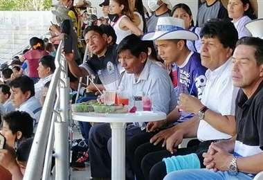 Evo asistió a un partido de fútbol con Andrónico y Mario Cronenbold /Cawsachun Coca