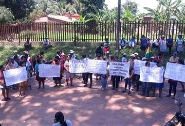 Los vecinos protestan afuera de la Alcaldía