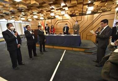 Montenegro tomando juramento a los nuevos directores/Foto: APG