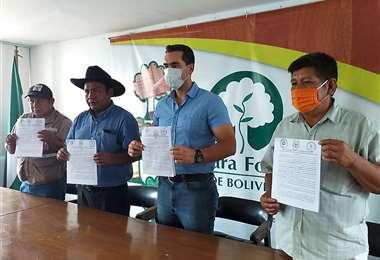 Los participantes de la reunión muestran el documento acordado (Foto: CFB)