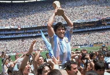 Diego Maradona con el trofeo de campeón en 1986. Foto: Internet