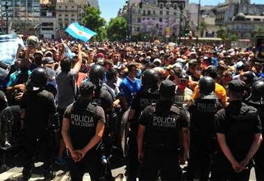 La policía montó un operativo de seguridad con vallados afuera del edificio de Gobierno