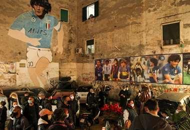 En Napoli (Italia) miles de personas recuerdan a Maradona