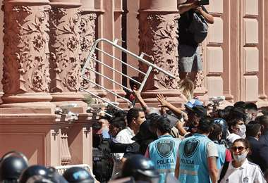 El caos en las afueras de la Casa Rosada por la gente que no pudo ingresar. AFP