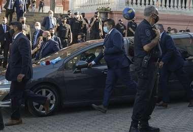 El auto fúnebre que lleva el cuerpo de Maradona al cementerio. Foto: AFP