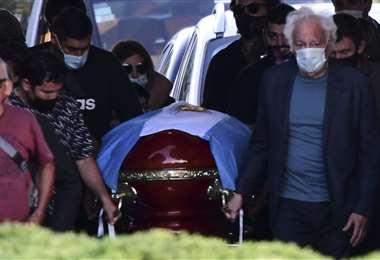 El cuerpo de Maradona descansa junto a las tumbas de sus padres. Foto: AFP