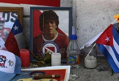 Los hinchas le rinden homenaje a Maradona en las calles de Buenos Aires. Foto: AFP