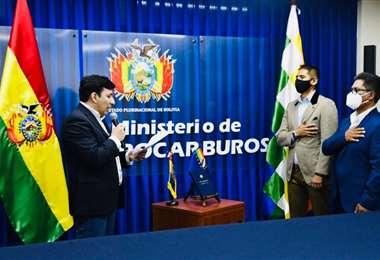 Alvaro Arnez fue posesionado ayer por el ministro de Hidrocarburos, Franklin Molina