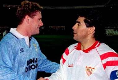 Paul Gascoigne saluda a Diego Maradona
