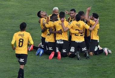 Los jugadores de The Strongest celebrando los goles. Foto: APG Noticias