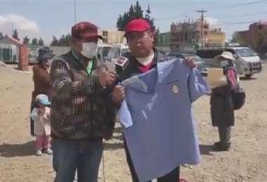 Huaranca muestra su uniforme de enfermero en la zona donde atendió a los heridos.