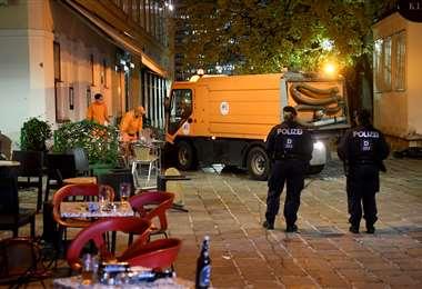 La policía continúa en el lugar de los hechos. Foto AFP