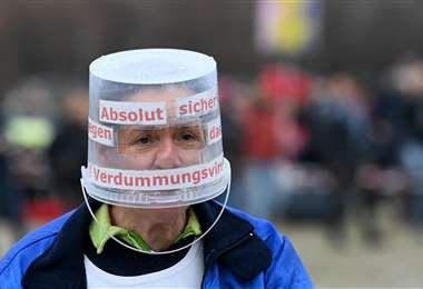 Un manifestante contra las nuevas restricciones en Alemania. Foto AFP
