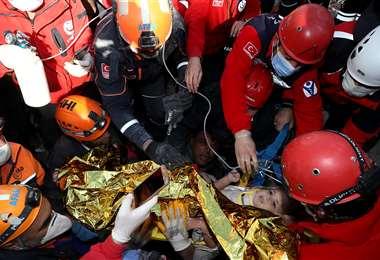 La menor rescatada de entre los escombros. Foto AFP