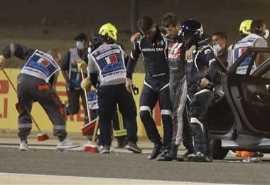 Grosjean sale con ayuda de la zona del accidente