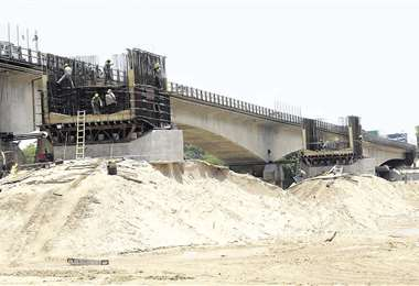 Puente paralelo en construcción en el Urubó/Foto: Fuad Landívar