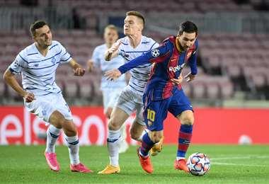 Messi se escapa de la marca de sus rivales. Foto: AFP