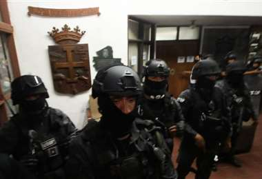 La UTOP estuvo custodiando el Comité. Foto: Jorge Ibáñez