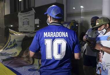 Hinchas esperaron afuera del hospital hasta que Maradona fue operado. Foto: AFP