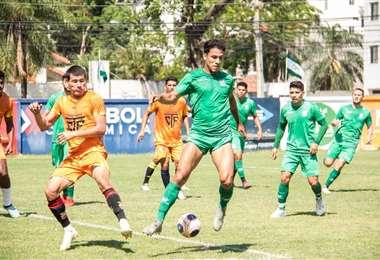 Marcelo Suárez se anticipa en la marca durante el amistoso de este miércoles. Foto: OP