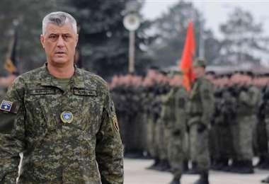 Hashim Thaçi en una ceremonia militar en 2018. Foto Internet