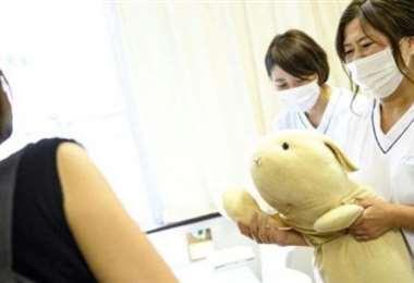 Una joven lleva un cliente a la 'clínica'. Foto AFP