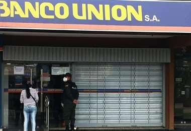 La atención es normal en el Banco Unión. Foto: Roberto Dotti