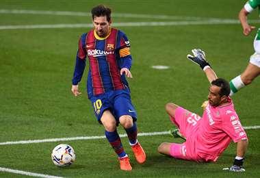 Messi elude a Bravo. El '10' hizo este sábado dos goles. Foto: AFP