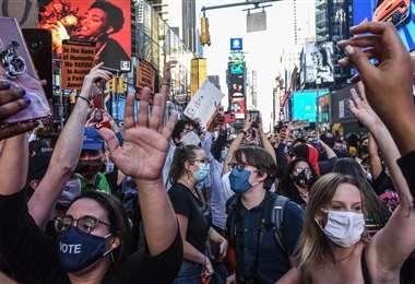 La gente celebra en los alrededores de Times Square. Foto: AFP