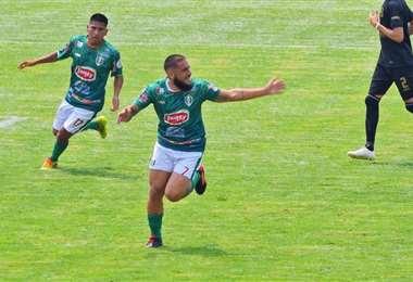 Matías Vicedo celebra. El delantero de Real Tomayapo hizo este sábado 4 goles. Foto: FBF