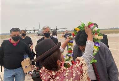 Evo Morales y Álvaro García en el aeropuerto de Jujuy.