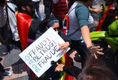 Policías reprimen a activistas en La Paz. Foto: APG