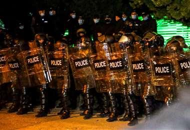 Los agentes de la Policía antidisturbios salieron a frenar la manifestación. Foto: AFP