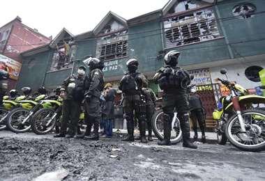 a Policía custodia la Fejuve-La Paz ya destruida. Foto: APG