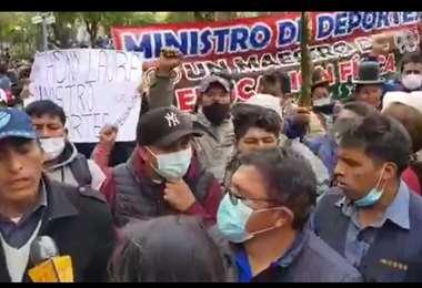Cientos de alteños se concentraron en la plaza Murillo.